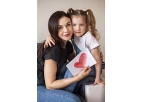 可爱的小女孩和她的母亲合影留念_7146657