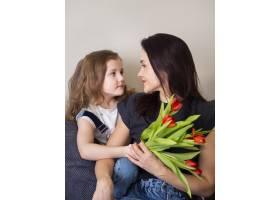 可爱的小女孩和妈妈在一起_7146617