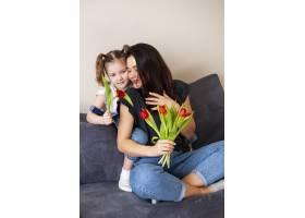 可爱的小女孩和妈妈在一起_7146663