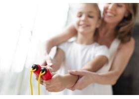 特写母亲教女儿如何使用跳绳_7334143