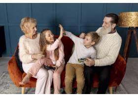 祖父母在家和孙子孙女玩电子游戏_6748796