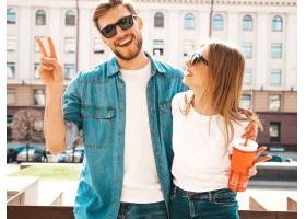 笑容可掬的漂亮女孩和她英俊的男友穿着休闲_6629039