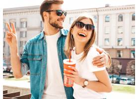 笑容可掬的漂亮女孩和她英俊的男友穿着休闲_6629041