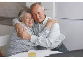 美丽的老夫妇在家里共度时光_7376603