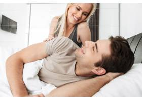 躺在床上看着丈夫的年轻女士_6819606