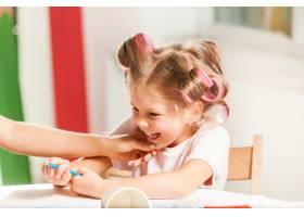 这位年轻的母亲和她的小女儿在家里用铅笔作_7570515