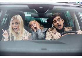 震惊的男子和他的妻子和女儿坐在车里_6873799