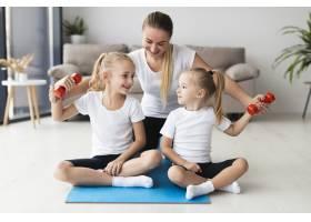 母女俩在家中锻炼的前景_7435769