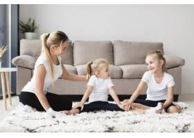 母女俩在家中锻炼的前景_7435922
