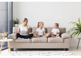 母女俩在家沙发上锻炼身体_7435874