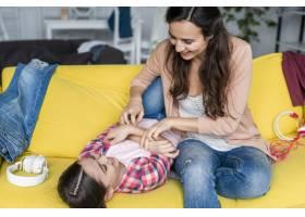 母女俩在沙发上玩耍_7070792