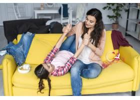母女俩在沙发上玩耍_7070798