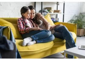 母女俩坐在黄色沙发上_7063500