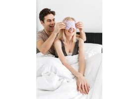 滑稽英俊的男人戴着他妻子的睡眠面具_6819611