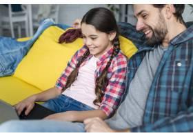 父亲和女儿使用笔记本电脑_7069859
