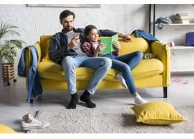 父亲和女儿在不整洁的起居室里_7069858