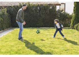 父亲和孩子玩球_7553367