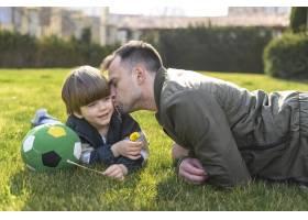 父亲在外面亲吻儿子_7553362