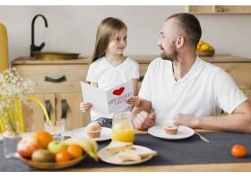 父亲节那天女儿和爸爸一起吃早餐_6672124
