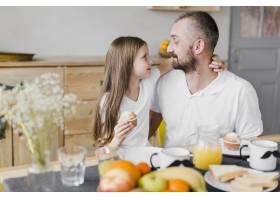 父亲节那天女儿和爸爸一起吃早餐_6672130