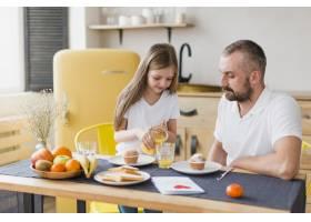 父亲节那天女儿和爸爸一起吃早餐_6672139