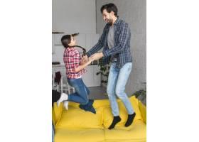 父女俩在沙发上跳_7069863