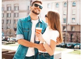 微笑的美丽女孩和她穿着休闲夏装的英俊男友_6629035