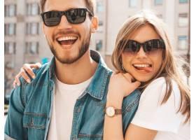 微笑的美丽女孩和她穿着休闲夏装的英俊男友_6629057