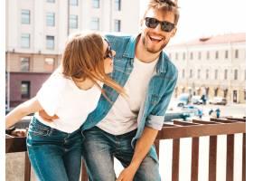 微笑的美丽女孩和她穿着休闲夏装的英俊男友_6629085