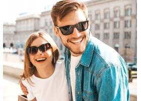 微笑的美丽女孩和她穿着休闲夏装的英俊男友_6629091