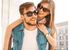 微笑的美丽女孩和她穿着休闲夏装的英俊男友_6629111