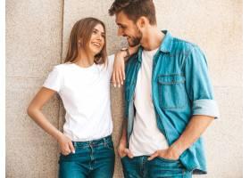 微笑的美丽女孩和她穿着休闲夏装的英俊男友_6629276