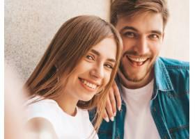 微笑的美丽女孩和她穿着休闲夏装的英俊男友_6629282