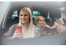 快乐的年轻女子坐在车里_6873788