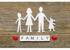 木质背景上的纸质家庭构图_7405115