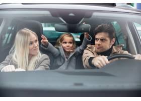 情绪激动的年轻人和他有趣的妻子坐在车里_6873800