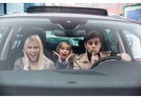 情绪激动的男子和他的妻子和女儿坐在车里_6873798