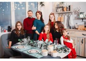 有四个女儿的大家庭呆在家里_6423779