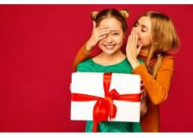 模特遮住了她的朋友的眼睛给了她大礼盒和_6932461
