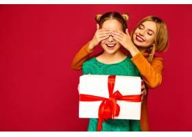模特遮住她朋友的眼睛送给她一个大礼盒_6932456