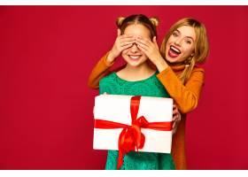 模特遮住她朋友的眼睛送给她一个大礼盒_6932457
