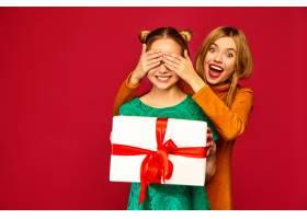 模特遮住她朋友的眼睛送给她一个大礼盒_6932458