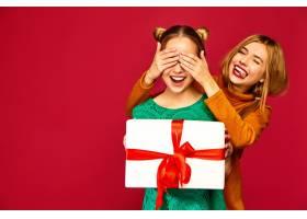 模特遮住她朋友的眼睛送给她一个大礼盒_6932459