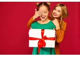 模特遮住她朋友的眼睛送给她一个大礼盒_6932465