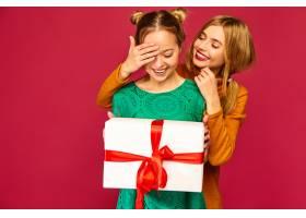 模特遮住她朋友的眼睛送给她一个大礼盒_6932466
