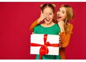 模特遮住她朋友的眼睛送给她一个大礼盒_6932467