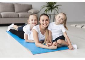 母亲与女儿在家中瑜伽垫上合影的前景_7435762