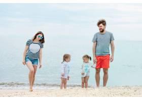 家庭度假夏日海边的父母和孩子_7570613