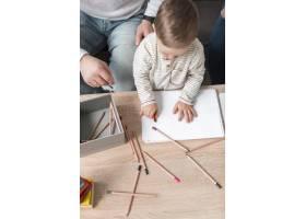 家里拿着铅笔的婴儿角度很高_7089424