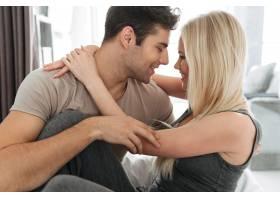 年轻男女在床上调情拥抱_6819622